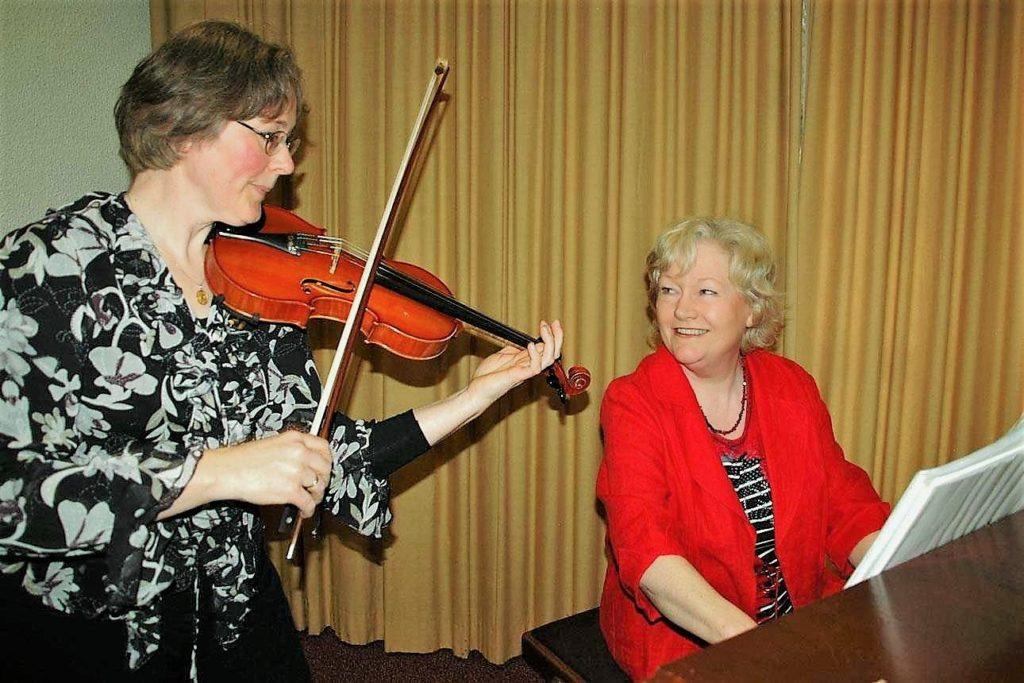 Pianoles van Marjan met een viool